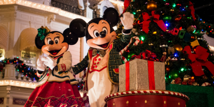 a complete guide to christmas at walt disney world
